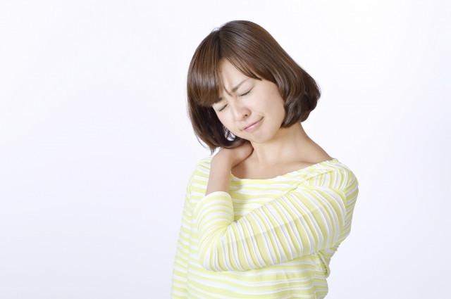 寝違えに悩む女性の写真