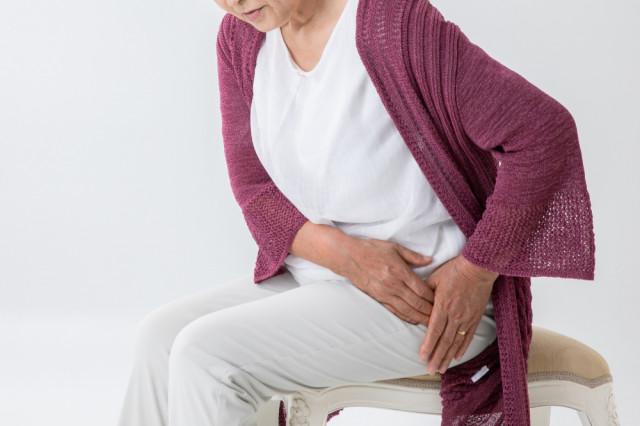 股関節が痛い女性の写真